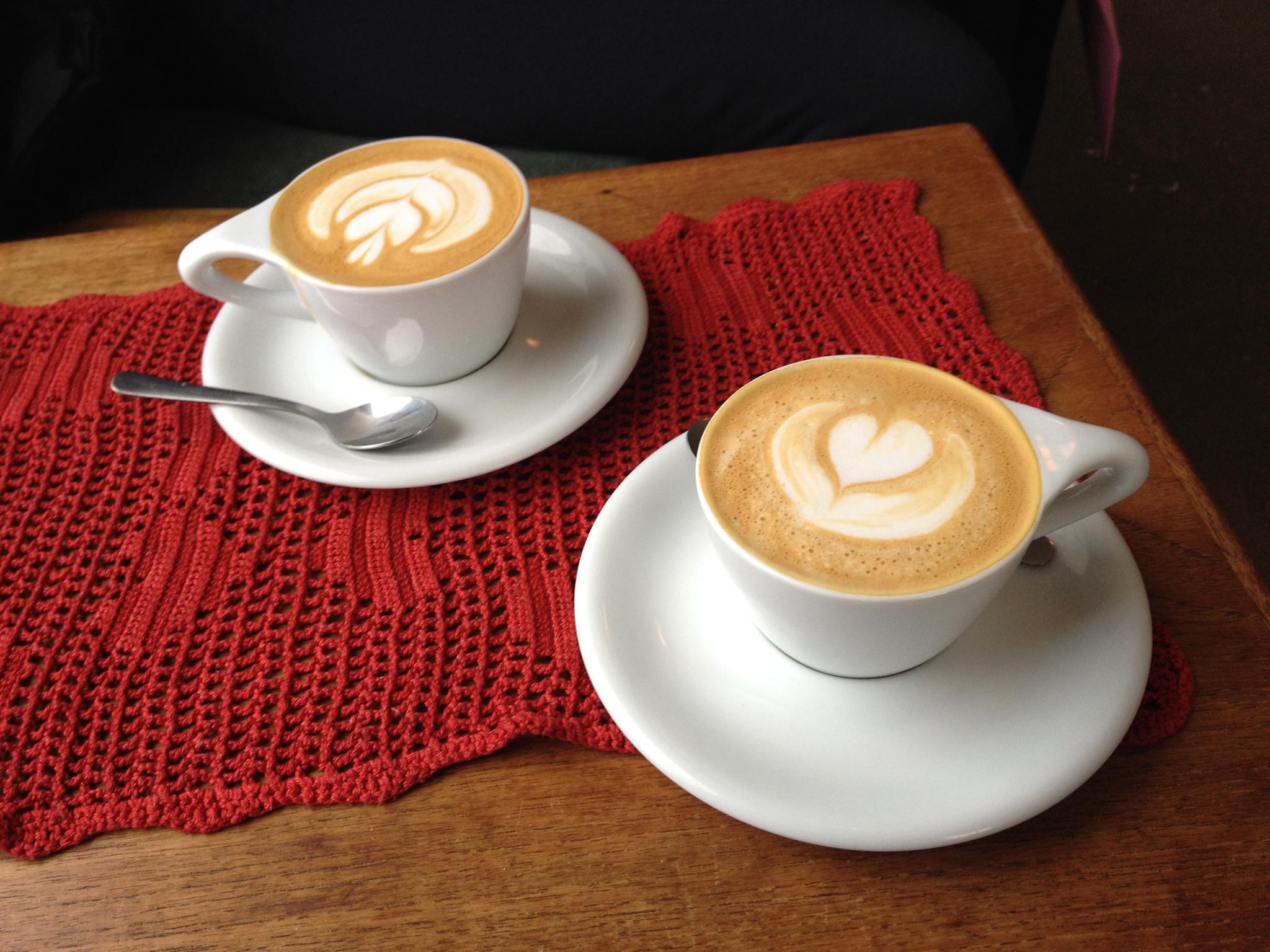 фото чашек кофе на двоих кладутся смонтированный
